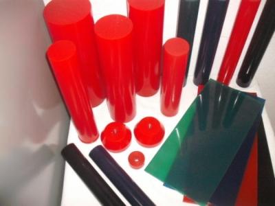 imágen muestra varias barras, planchas y tubos de diferentes colores, esperosres y tamaños de poliuretano,